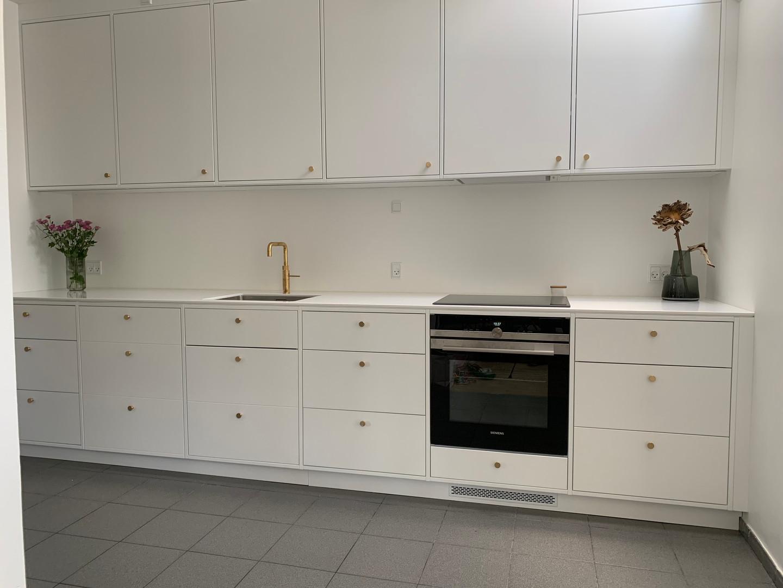 Køkken med malede fronter og massive fingertapperede skuffer