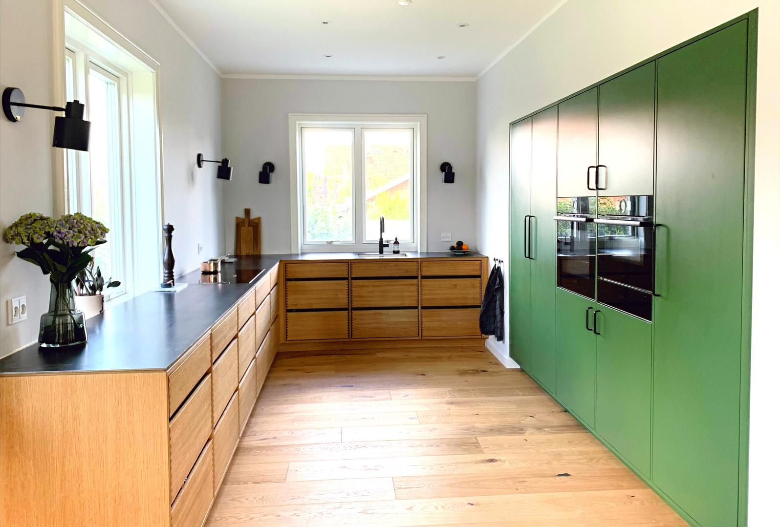 Egetræskøkken og malede højskabe
