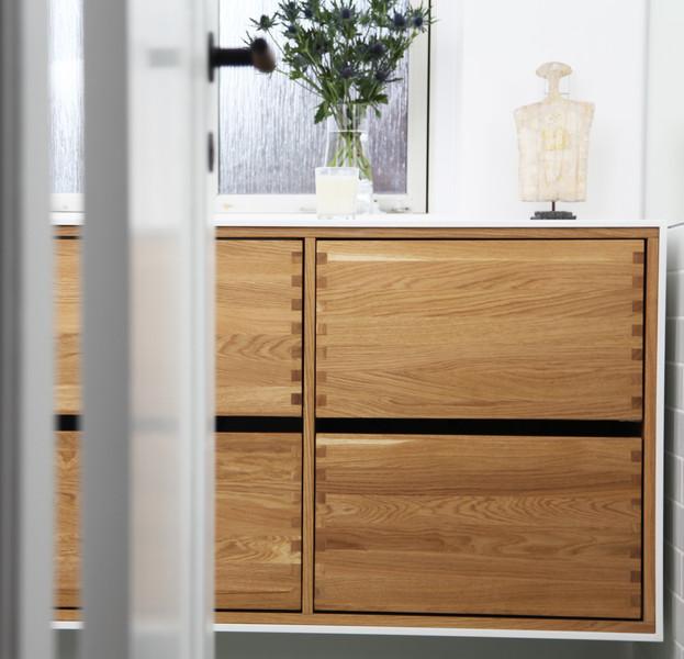Badeværelsesmøbel med massive egetræsskuffer og Corian
