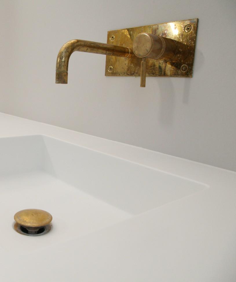Badeværelsesmøbel i egetræ med Corian