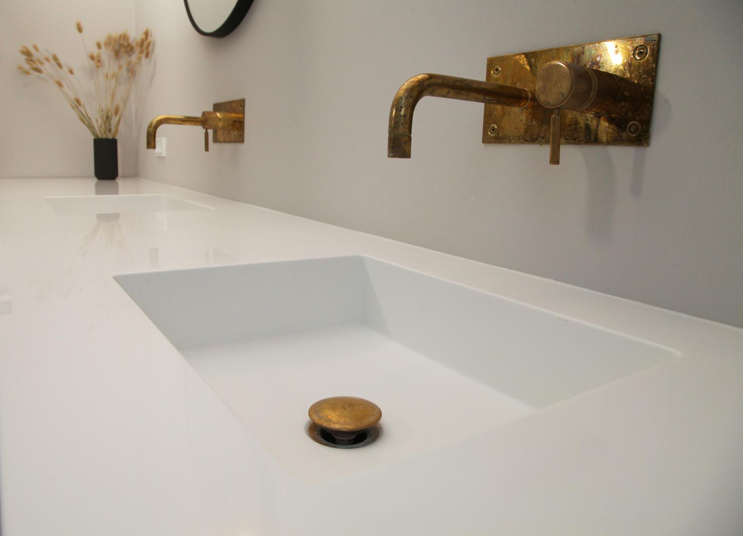 Badeværelsesmøbel i egetræ med Corian bordplade og vaske