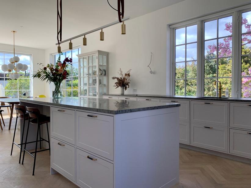 Køkken med malede fronter