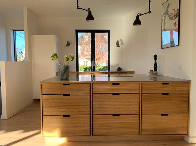 Køkken med massive egetræsskuffer