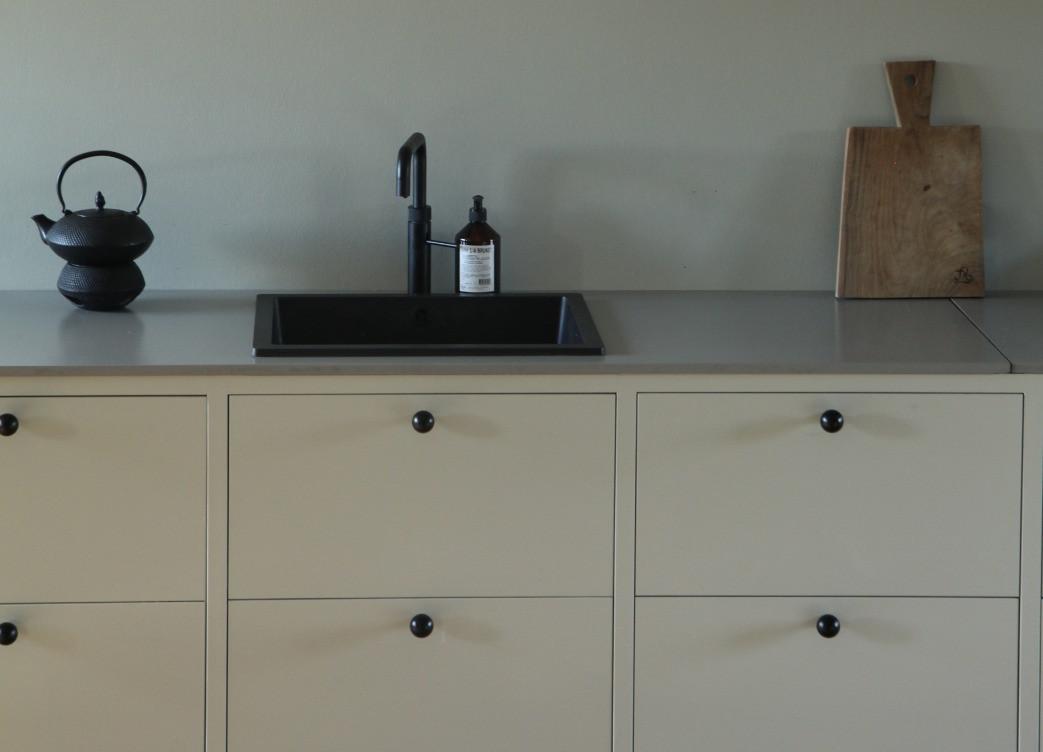 Håndmalet køkken i to farver