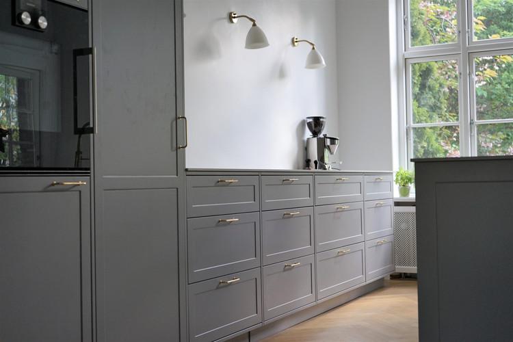 Køkken med malede fronter og massive fingertappede skuffer