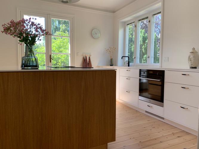 Køkken-ø i egetræ og skuffer med malede fronter