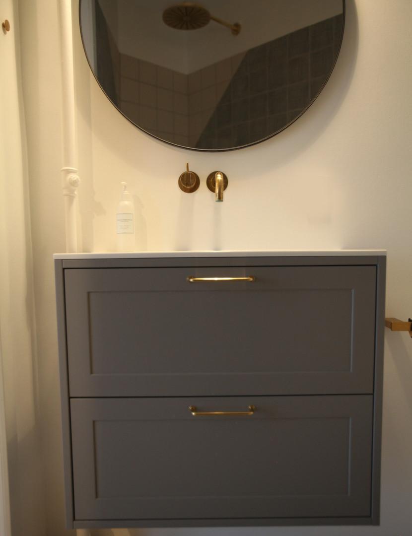 Badeværelsesmøbel med malede fronter og egetræsskuffer