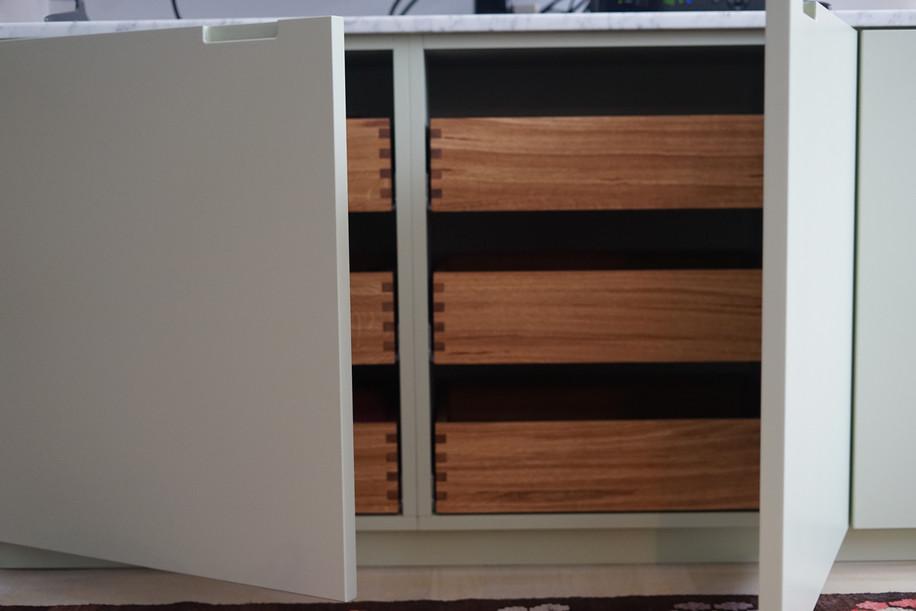 Køkken med malede fronter og massive fingertappede egetræsskuffer