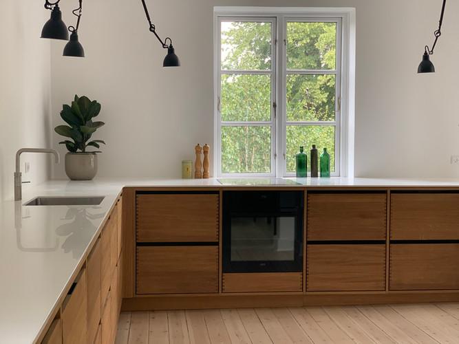 Køkken med massive fingertappede egetræsskuffer