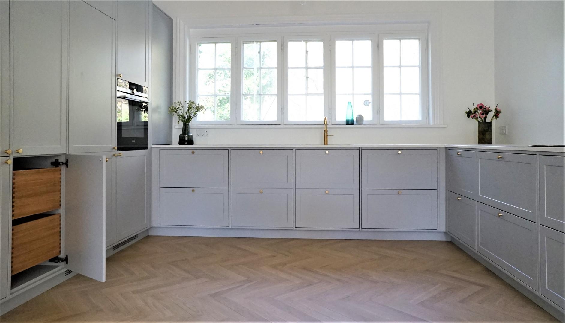 Køkken med malede fronter og egetræsskuffer
