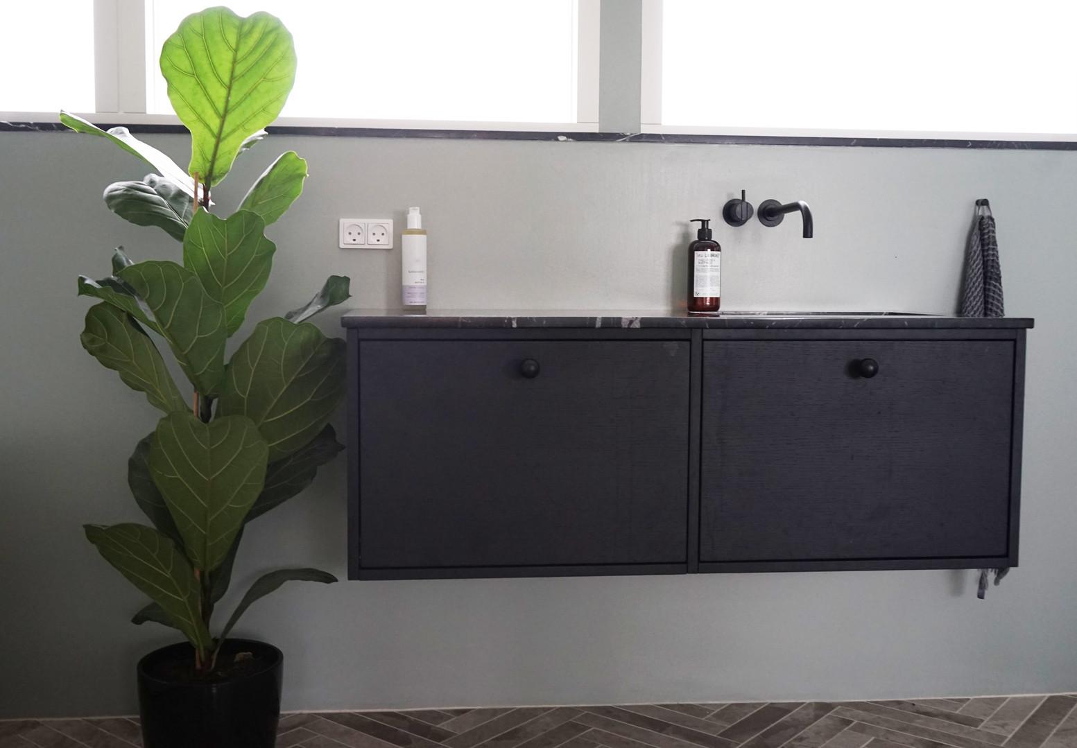 Badeværelsesmøbel i sortbejset egetræ