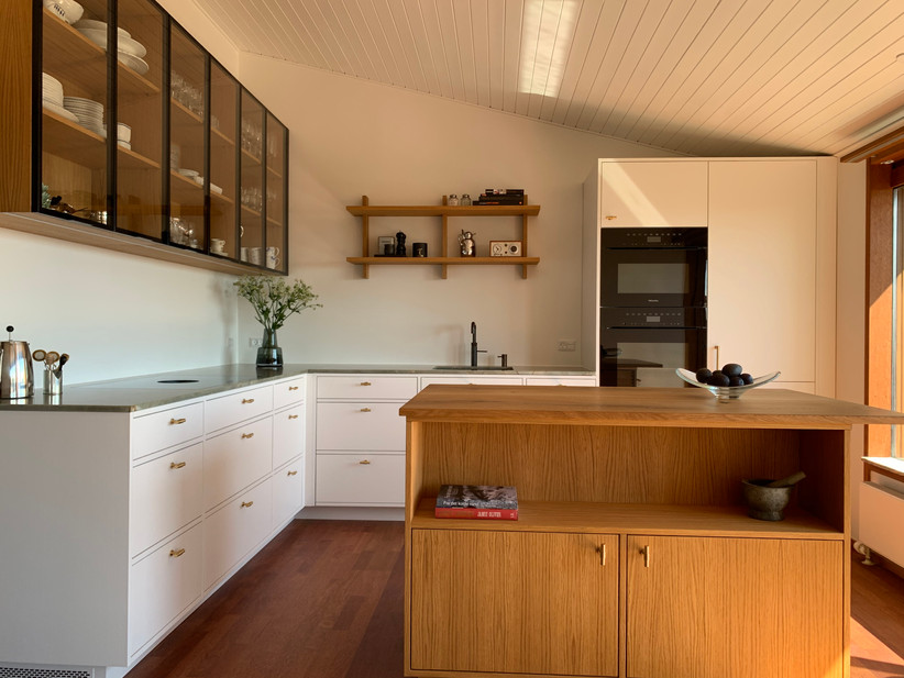 Køkken med malede egetræsskuffer