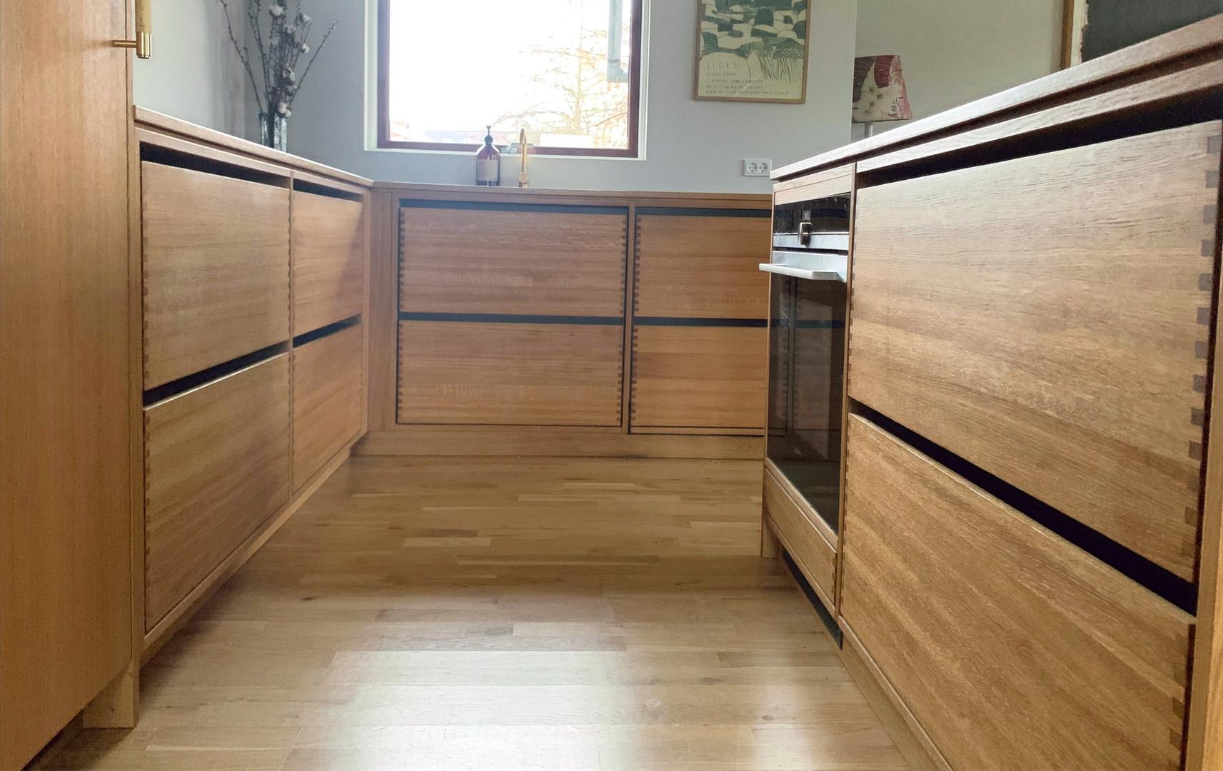 Køkken med findertappede massive egetræsskuffer