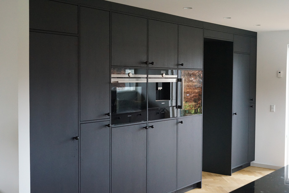 Køkken i sortbejset egetræ med massive fingertappede egetræsskuffer