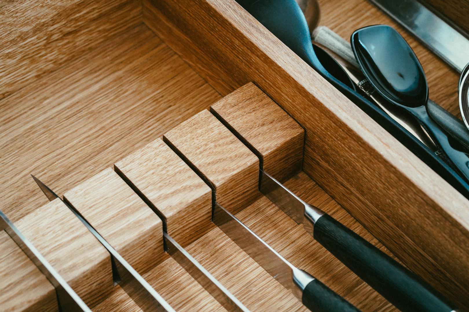 Køkken med malede fronter og fingertappede skuffer