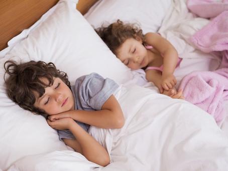 Como manter a rotina de sono das crianças durante as férias?