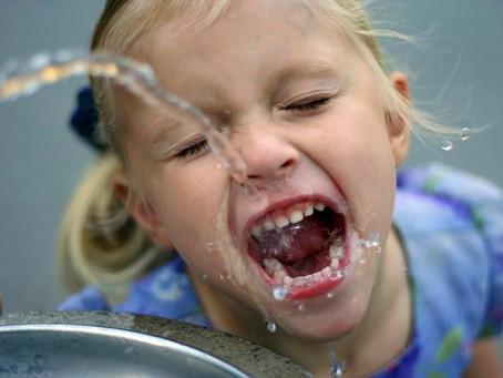 Crianças precisam criar hábito de beber água