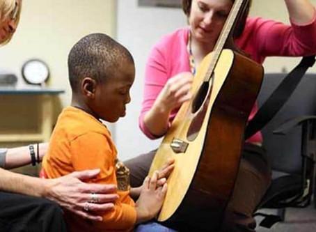 Musicoterapia pode ser indicada para crianças com transtorno do espectro autista