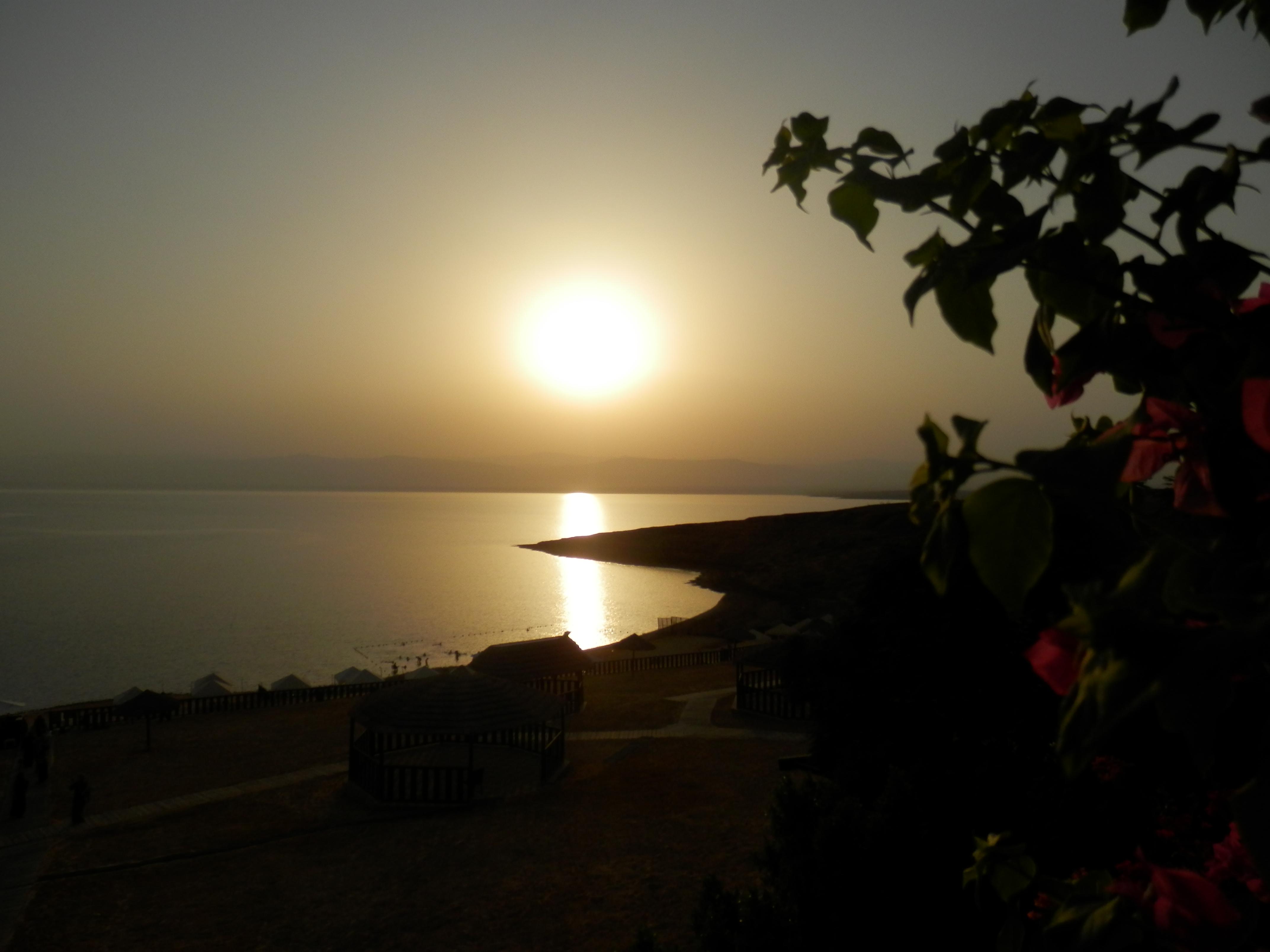 Slunce zapadá nad Mrtvým mořem