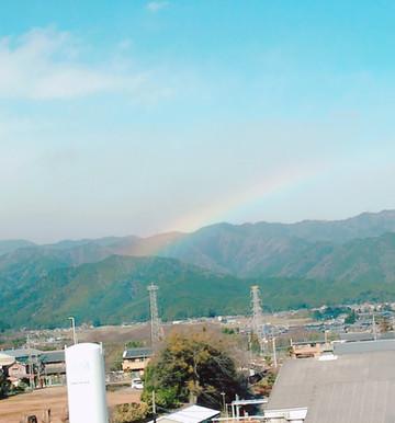 山に虹がかかった。