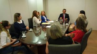 Comissão discute com Paulo Maia plano de valorização e melhorias em tribunais para atender mulheres
