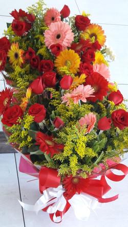 Buquê com 12 rosas e 6 gerberas