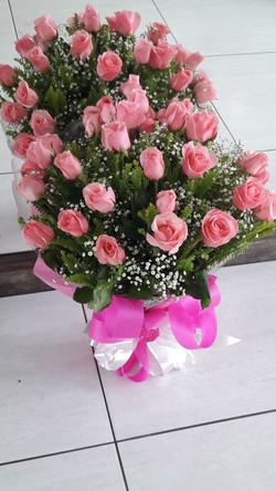 Buquê com 24 rosas.