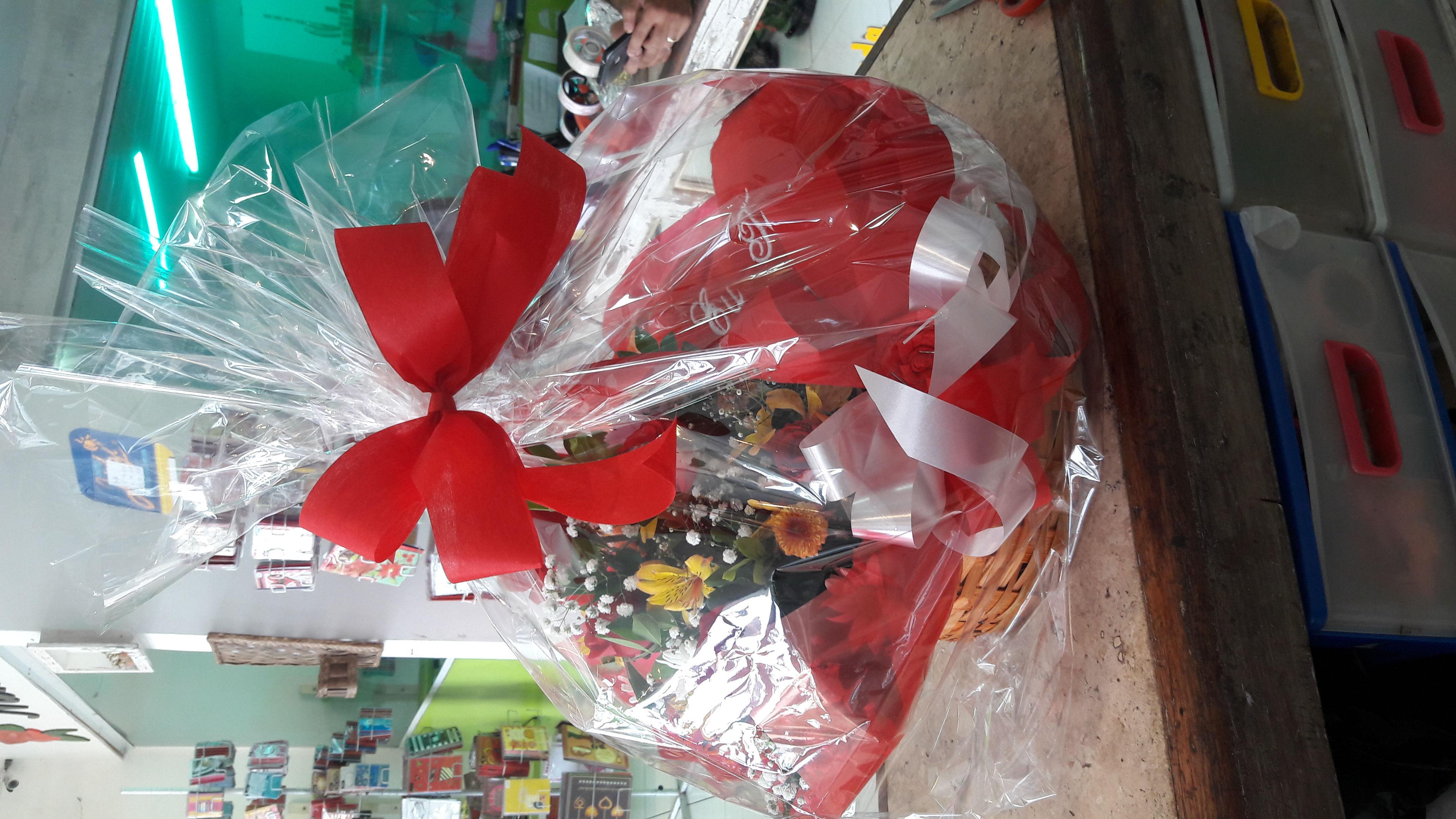 Cesta de chocolates e flores