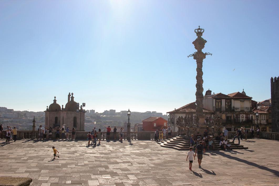Plaza junto a la Catedral de Porto