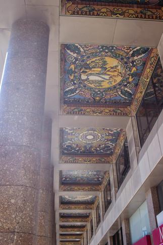 Murales en el techo en la Plaça Dom João I