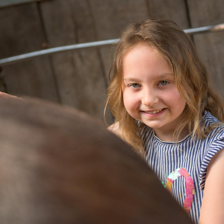 Nele bei der Pferdepflege