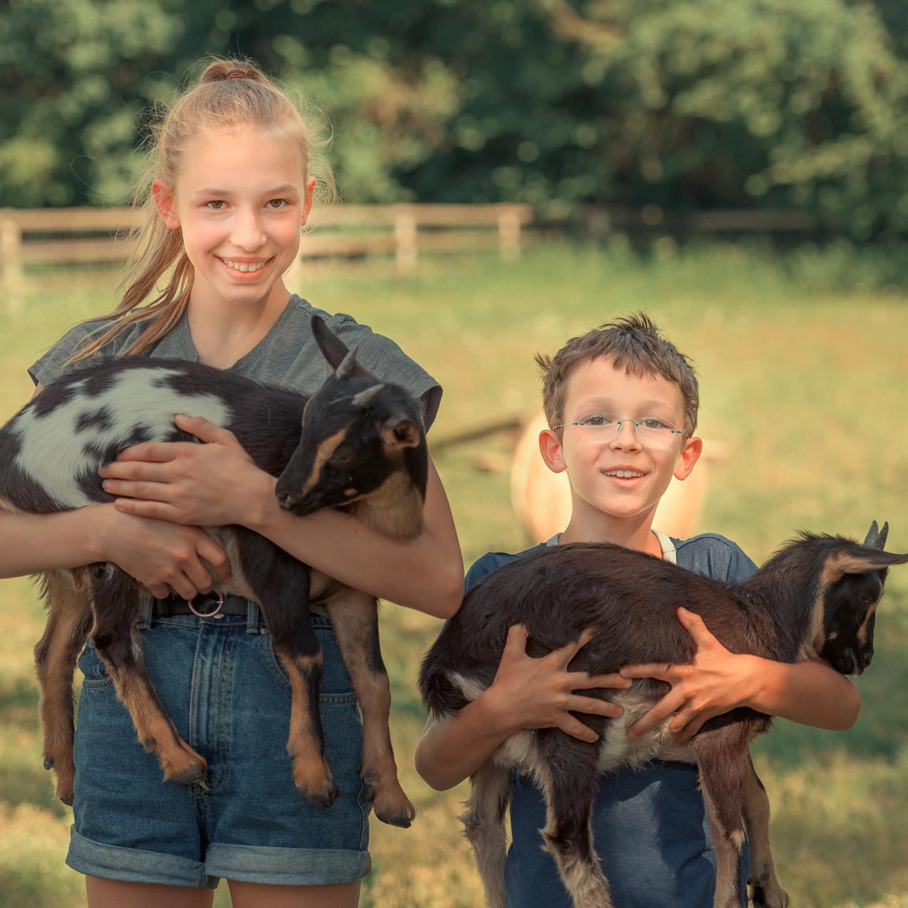 Justine und Carlo mit unseren Ziegen