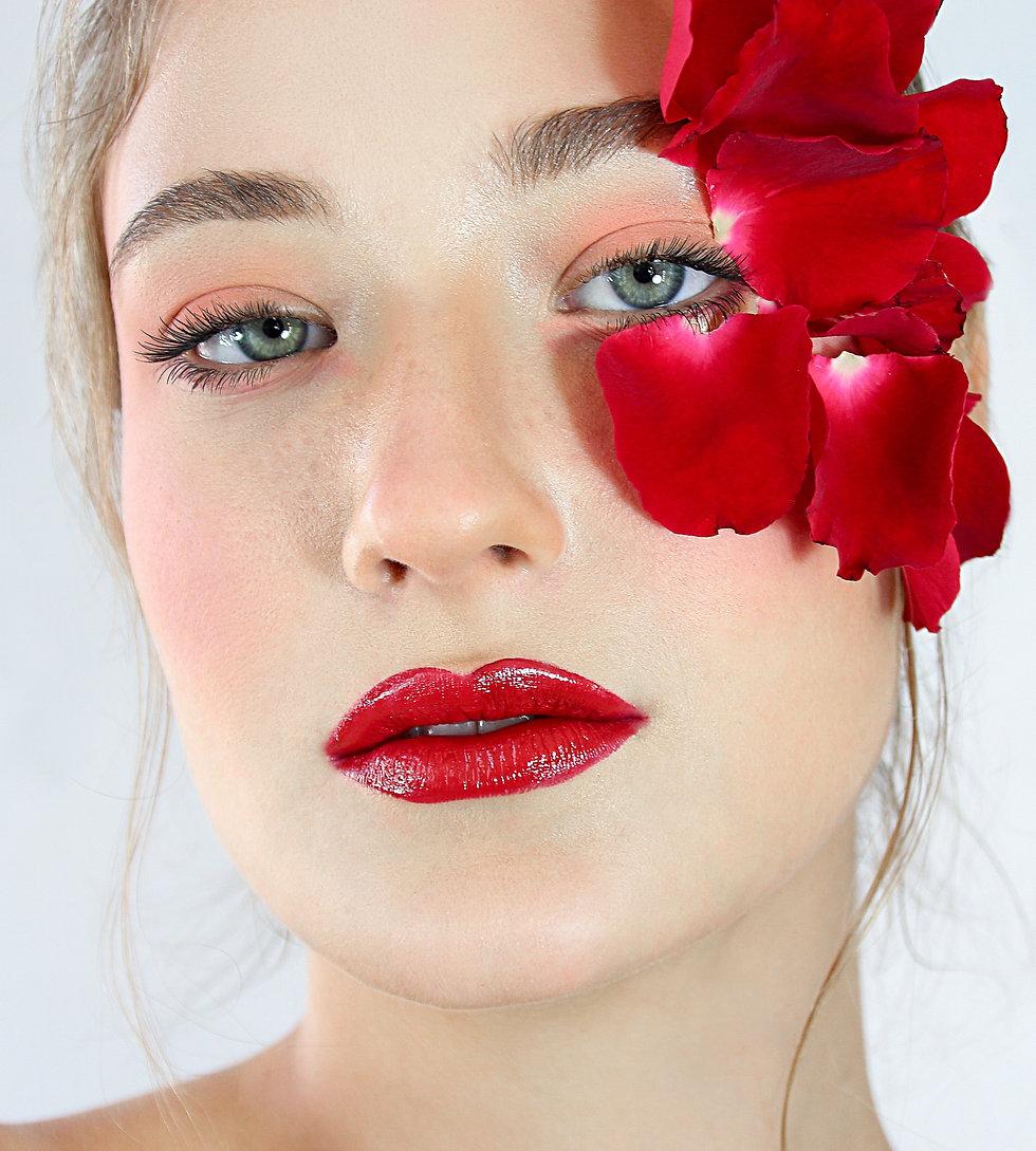הפקת אופנה שכולה אדום לכבוד יום האהבה, פרחים על העיניים ואודם בוהק