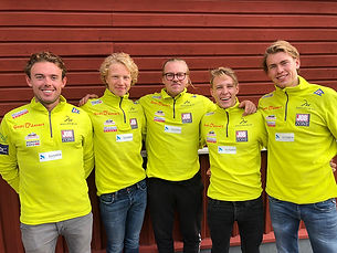 Coach_Sundby_og_gutta_på_samling_L.jpg