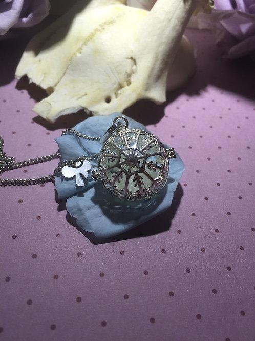 Schneekugel Amulett mit  Leuchtsteinen