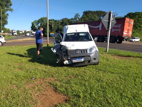 Carro para sobre canteiro após acidente na BR-386, em Lajeado