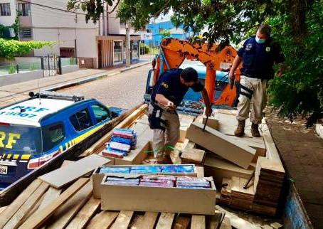 PRF prende traficantes transportando quase uma tonelada de maconha escondida na carga de madeira