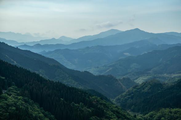 No.02 重なる山の背