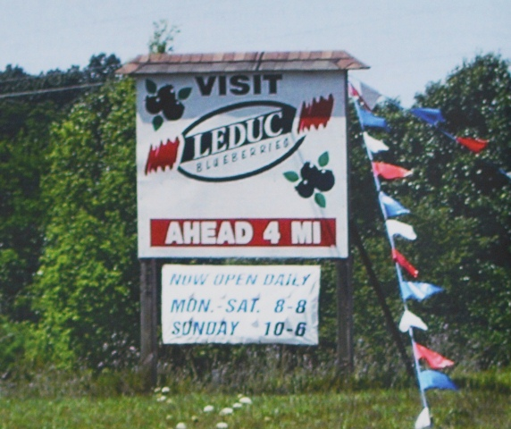 Большие указатели могут предупреждать посетителей фермы за несколько миль до их прибытия.