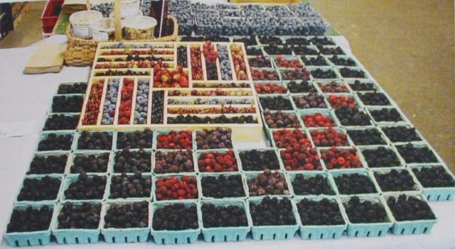 Привлекательная экспозиция высококачественных ягод привлекат покупателей на фермерские рынки.