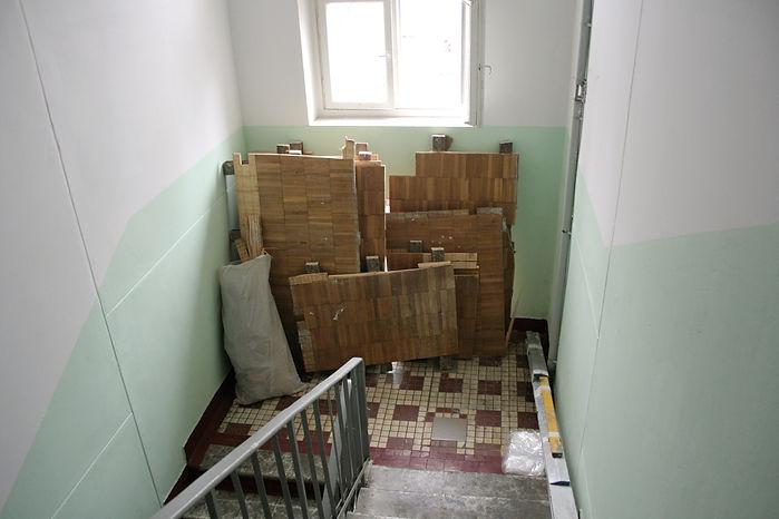 Старый пол на лестничной клетке