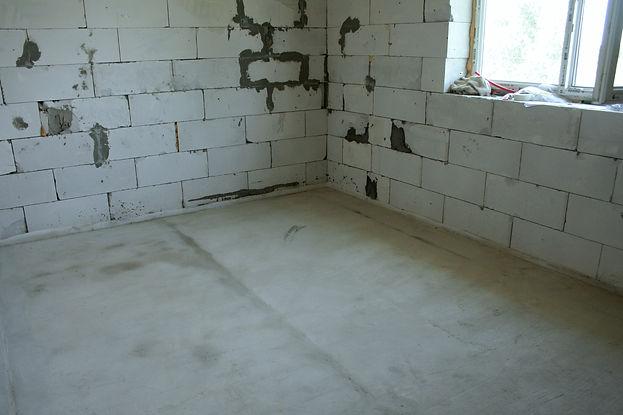 Цементная стяжка 14 кв. м при толщине 8 см имеет массу 2400 кг