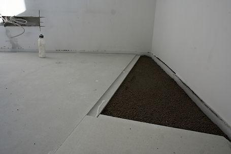 угол комнаты с сухой стяжкой