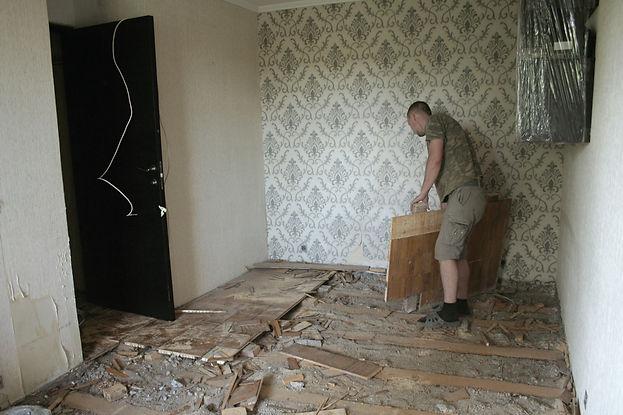 Разбор старого пола в комнате