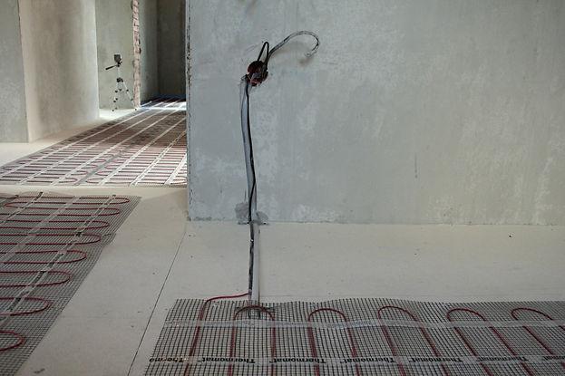 Уложенные маты тёплого пола на сухую стяжку со штробой к регулятору теплого пола
