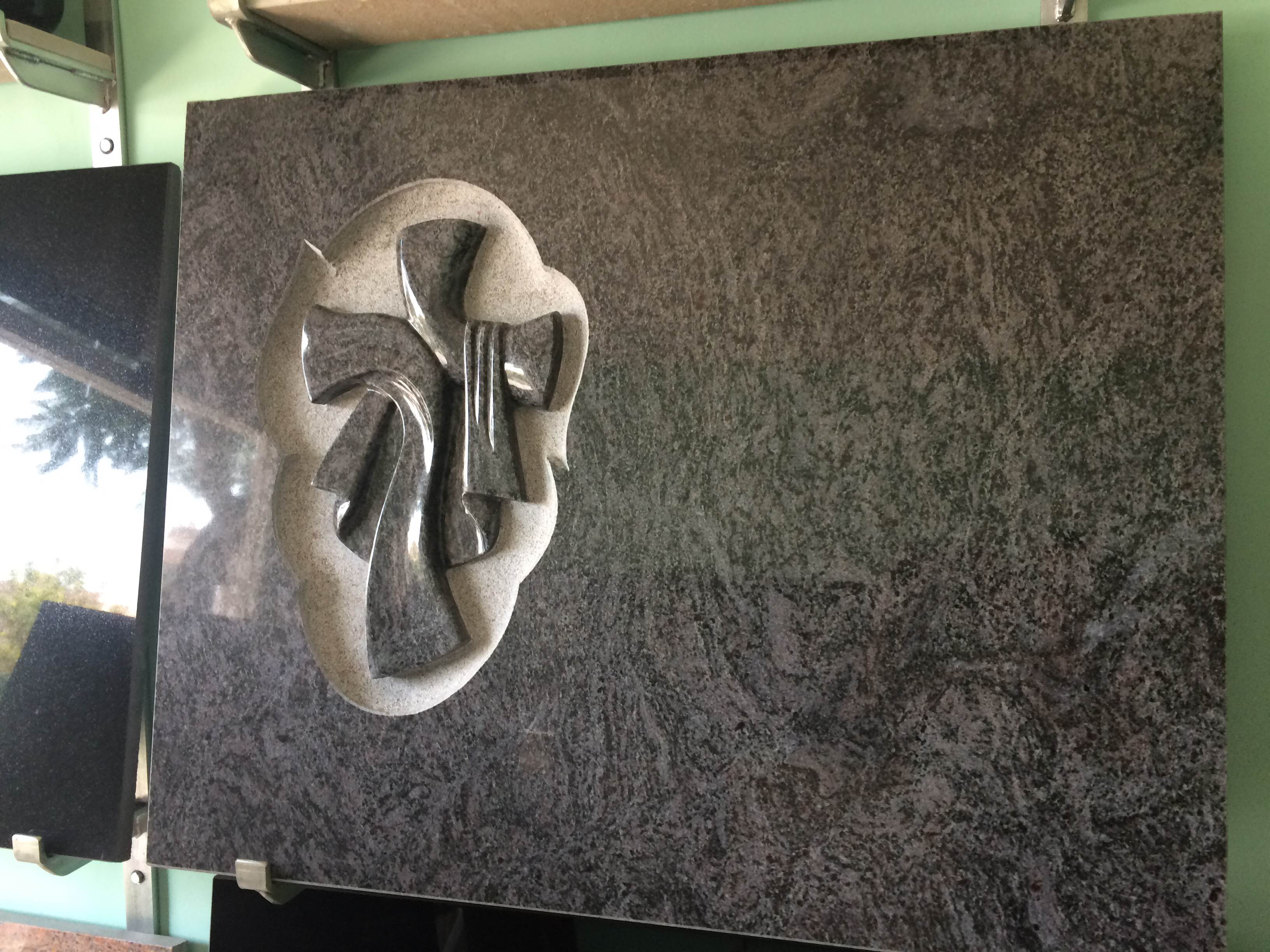 Lapida cruz con manto pulido