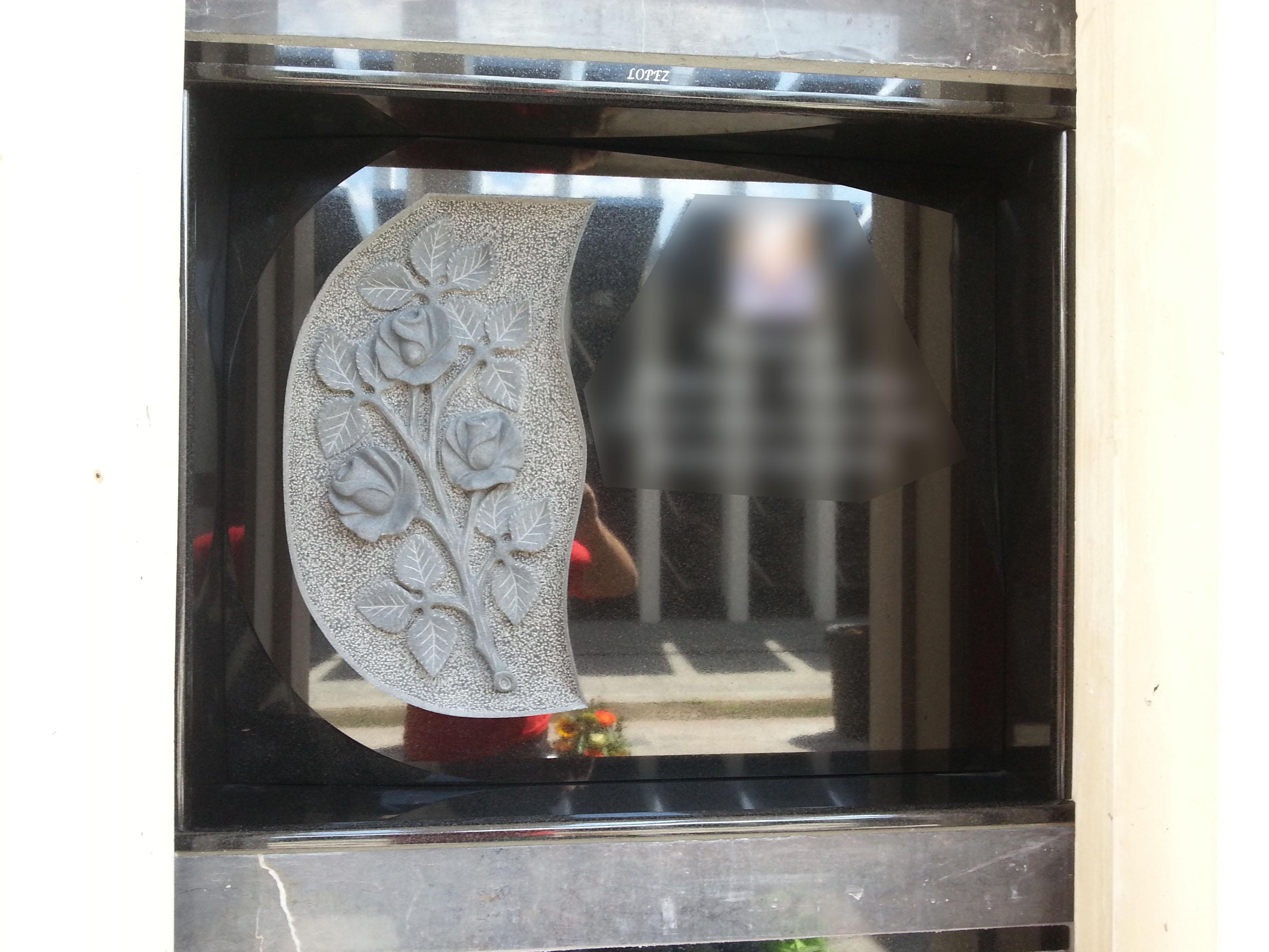 Lapida escultura ramo de rosas