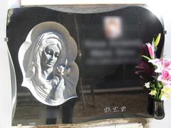 Lapida escultura Virgen con rosa