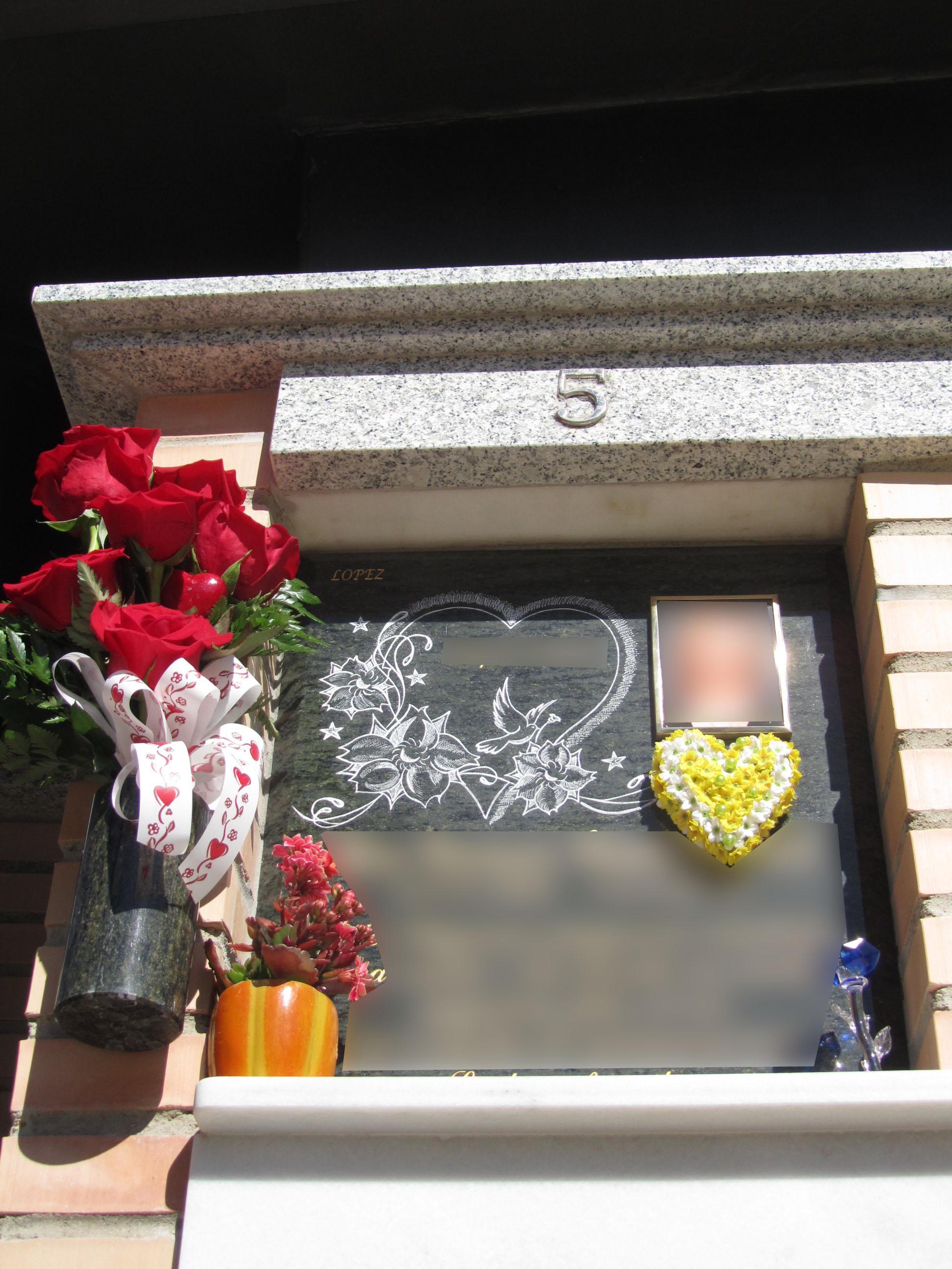 Lapida con corazon y flores