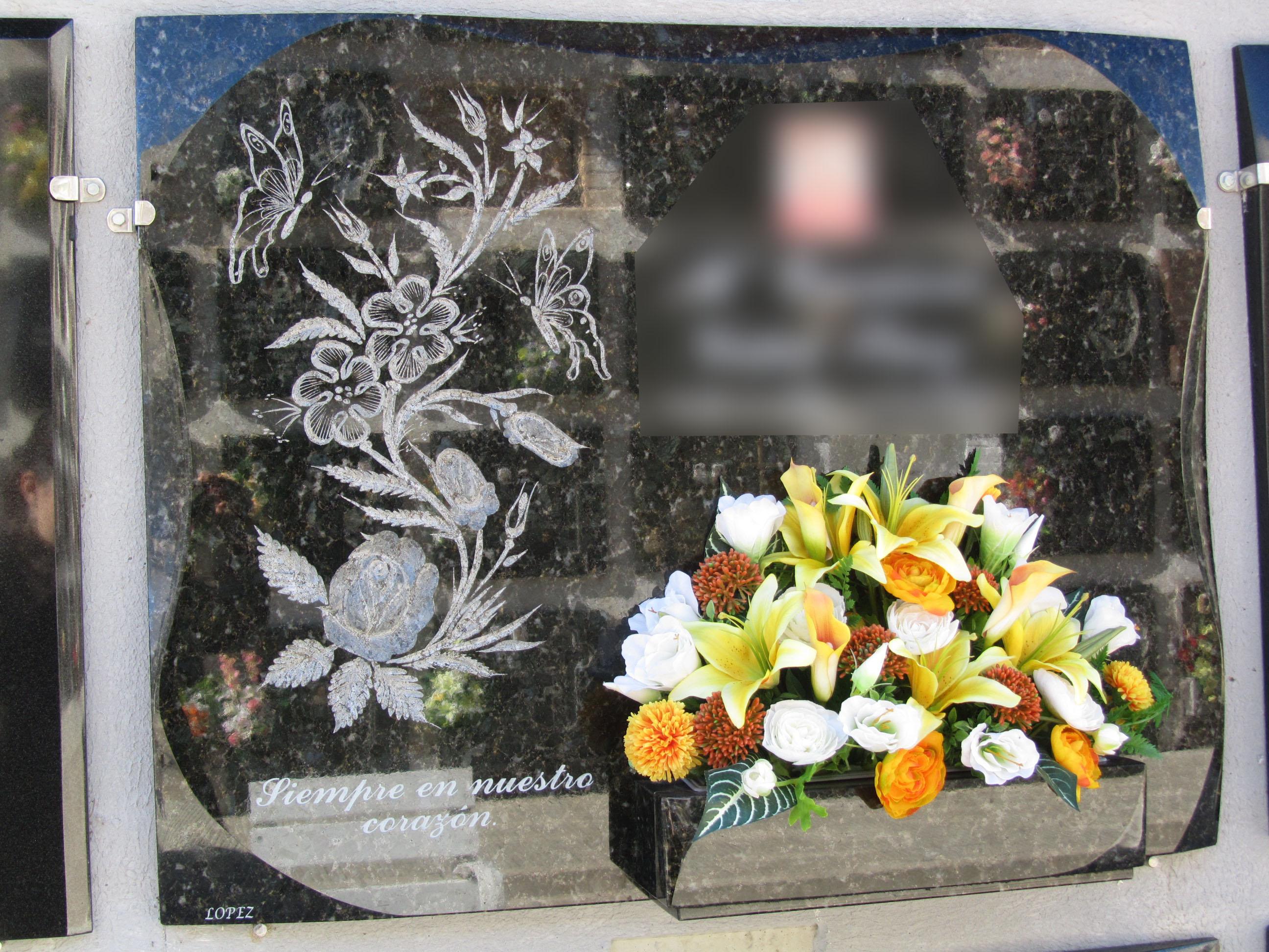 Lapida con motivos florales